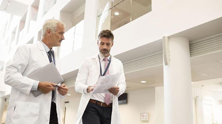 Deux scientifiques marchant dans un couloir